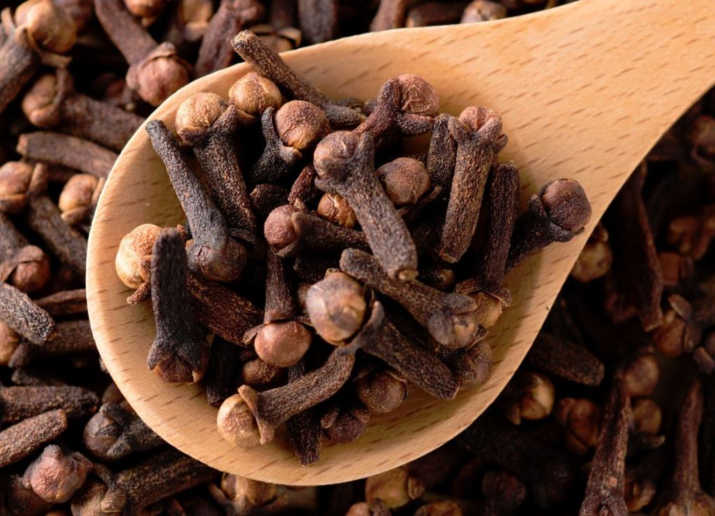This image has an empty alt attribute; its file name is cloves.jpg